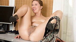 Hairy mature Valentine pleases her craving pussy