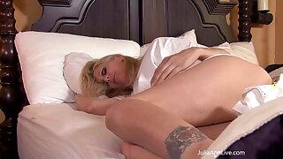 Good Moaning! Cougar Julia Ann Starts The Day Masturbating!